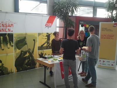Fotographie des DGB Jugend Berufsschulstandes mit vier Personen